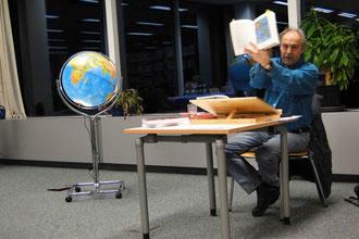 Autor zwischen Globus und Amerikakarte