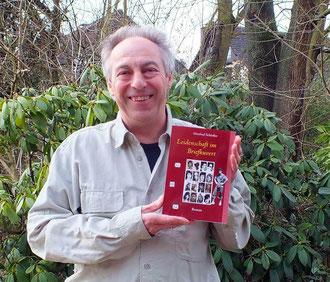 stolz und fröhlich zugleich präsentiert der Autor seinen 5. Roman