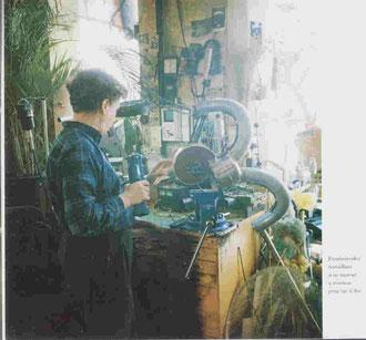 Panamarenko dans son atelier travaillant sur un moteur à réaction pour un sac à dos.
