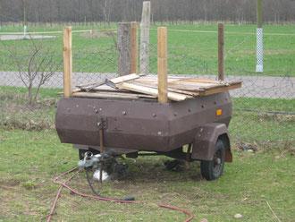 Den kleine Bienenwagen haben wir auf dem Ökohof Fläming abgebaut und stattdessen die Beuten einzeln aufgestellt. Heute ist er ein Verkaufswagen