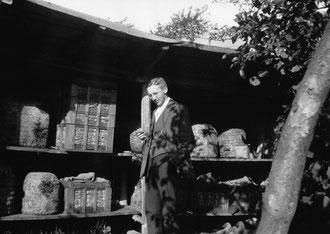 Mein Urgroßvater Friedrich Rosenthal imkerte schon 1935 mit den ersten Magazinbeuten, aber auch mit Strohkörben. Zur Imkerei kam er durch den Rat eines Arztes.