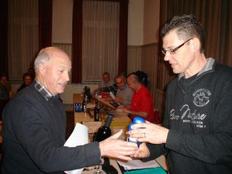 3. Benno Haas (r.) gratuliert Heiri Meier zum Sieg im Polysporttiven Plausch-Rangturnen.