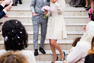 Hochzeitstagbegleitung, Hochzeitspaar, Konfetti, Hochzeitsfeier mit Familie