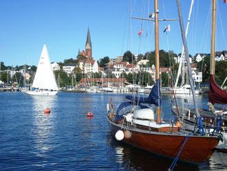 Stadtansicht Flensburg mit Segelbooten im Vordergrund