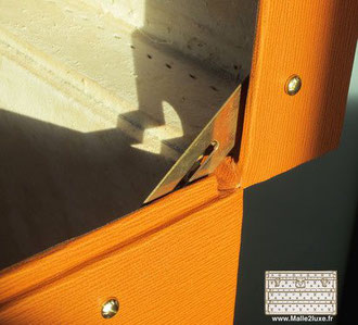finition de luxe sur bagage ancien cuir vanity