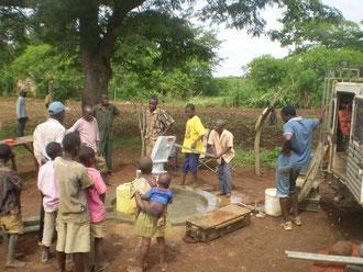 Der Brunnen wird gebohrt Hier fließt das erste Wasser