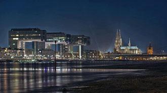Kranhäuser mit Kölner Dom