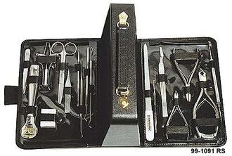 Die Abbildung zeigt einen aufgeklappten, schwarzen Malteser Berufskoffer aus Leder, bestückt mit  rostfreien Scheren, Maniküre und Pediküre Instrumenten.