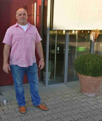 Andreas Roth vor seiner Weingut-Vinothek