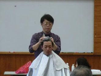 横田哲也中央講師(福岡)を招いて、宮崎県理容組合日向支部の講習会が開催された。(2017.12.4)