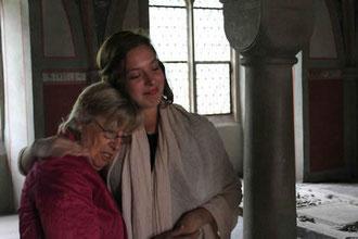 Zeichen der Versöhnung im Kapitelsaal des Klosters Loccum: Evelyn Hammerschlag nimmt ihre Enkelin in den Arm, nachdem sie einen Psalm auf Hebräisch gesungen hat.
