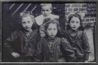 Vermutlich 1911 ist das Foto von den vier Kindern der Familie Hammerschlag an der grünen Tür ihres Hauses in Rehburg entstanden.