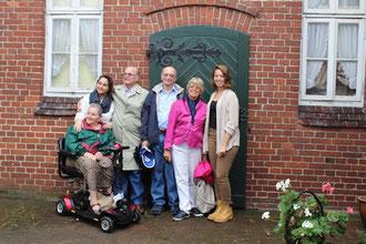 Familienfoto an der grünen Tür: bis 1938 hat die Familie Hammerschlag in dem Haus in Rehburg gelebt, an dessen Tür nun drei nachfolgende Generationen stehen.