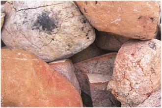 Gerissene Steine aus der Schwitzhütte