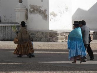 Cholitas auf dem Weg zu einer Taufe