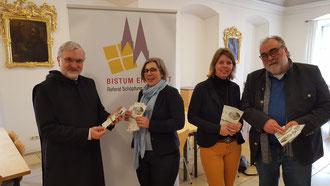 Bischof Hanke und das Umweltteam der Diözese Eichstätt mit dem Programmflyer des Studientages. pde-Foto: Bernhard Löhlein