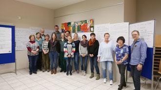 """Die Teilnehmerinnen und Teilnehmer des Grundkurses """"Generationen-MentorIn"""" mit dem Referenten Thomas Distler. pde-Foto: Michael Schmidpeter"""