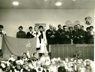 В центре фото - директор - Осипенко Людмила Алесеевна.