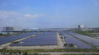 広大なソーラーパネル 沖合は羽田空港
