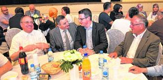 Pfarrer Hans-Rolf Funken, der Side-Vorsitzende Ahmet Yildiz, der neue Bürgermeister Tim Grüttemeier kommen ins Gespräch.