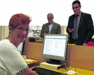Eingeloggt mit kostenfreiem WLan: Beate Klaas, Michael Weniger und Bürgermeister Dr. Tim Grüttemeier in der Stadtbücherei.