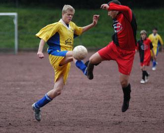 Alexander Pfafenrot (l.) hatte in dieser Szene ein Tor für den SCL auf dem Fuß. Am Ende siegte der C-Jugend-Bezirksliga-Aufsteiger klar mit 4:1. (WR-Foto Dilks)