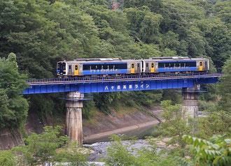 千曲川にかかる鉄橋を渡るハイブリッド車両「こうみ」(小海町)
