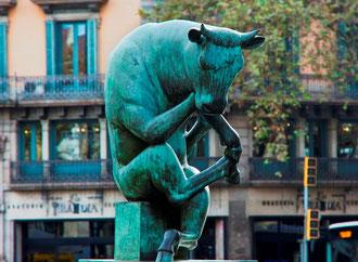Уличное искусство Барселоны. Задумчивый бычок