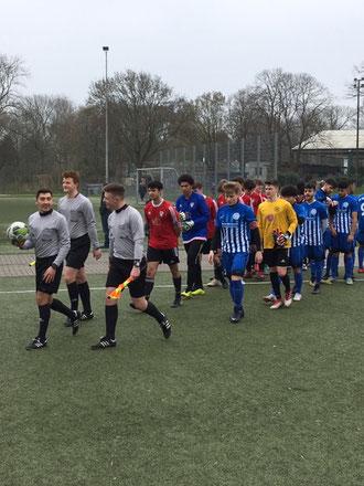 Schiedsrichter P.-T. Pricop führt seine Assistenten und die Teams auf´s Feld