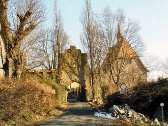 Eingang zur Burg Reichenberg (rechts Kapelle)