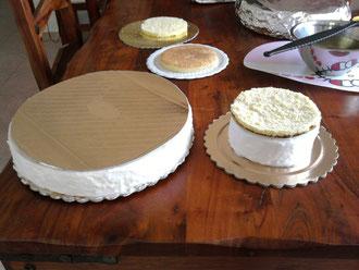 Composizione di una torta decorata su base di polistirolo for Incollare il polistirolo