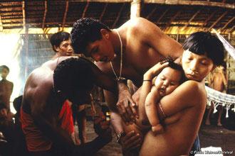 La minería de oro ilegal sigue llevando enfermedades mortales a las comunidades yanomamis. © Fiona Watson/Survival