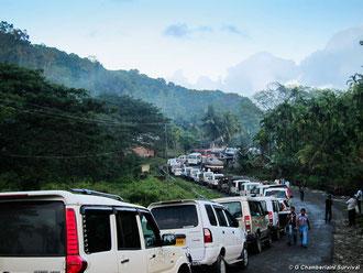 Cola de vehículos en para entrar en la reserva jarawa por la Andamán Trunk Road.© Survival