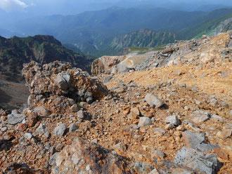 剣ヶ峰手前山頂から過去の噴火口を見下ろす