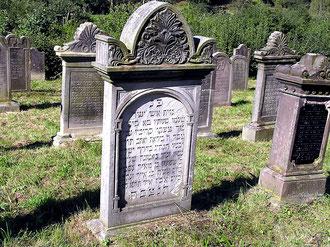 Grabstätten auf dem jüdischen Friedhof in Rhina