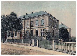 Das 1884 neu erbaute Schulhaus, rechts dahinter der Ostern 1904 eingeweihte Erweiterungsbau. Aufnahme um 1910
