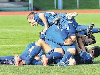 Riesengroßer Jubel bei den FC-Spielern nach dem Derby-Sieg   © sehr