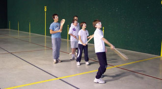 Tous les mercredis après-midi, les jeunes s'entraînent à l'école de pelote, au COJC.
