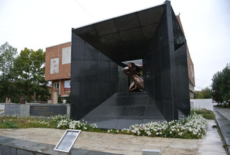 国立博物館前の政治粛清犠牲者記念碑