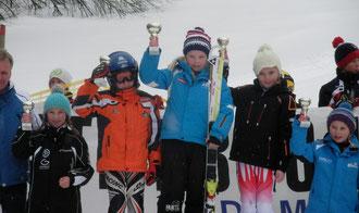 Livia im orangen Skianzug am Siegerpodest