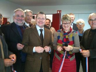 Chantal Tabard, maire d'Yquelon, vient de couper le ruban, en pré&senc de Jean-Marc Julienne, conseiller général!