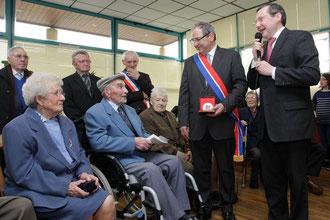 Charles Chesnel est assis avec à sa droite son épouse et à sa gauche son amis Charles, bientôt centenaire lui aussi