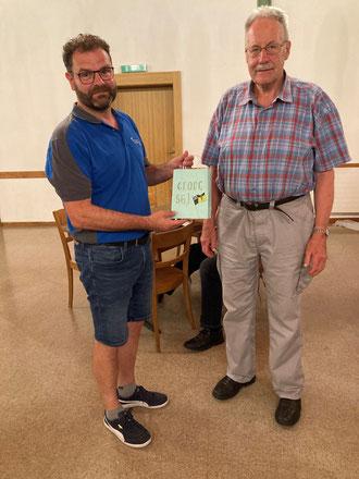 Daniel Hochreuter übergibt Georg Brogle ein Präsent für seine 56 jährige Tätigkeit als Fähnrich.