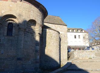 Restauration gourmande (à droite sur l'image) et église romane