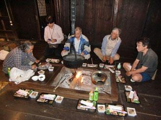 囲炉裏を囲んでの懇親会。松茸の焼き上がりを待っています(笑)