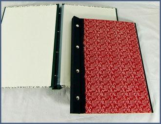 Schraubmappe,  die Einlegeblätter werden mit Buchschrauben zusammengehalten