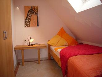 Einzelzimmer mit großem Bett+Kleinkindbett
