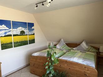 großes Doppelbett mit romantischer Seitenbodenbeleuchtung