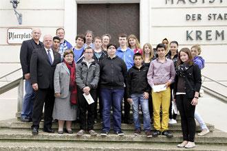 Bürgermeister Dr. Reinhard Resch gratulierte den Schülerinnen und Schülern der Neuen Mittelschule und der Polytechnischen Schule zu ihren ausgezeichneten Schulerfolgen. Foto: Stadt Krems
