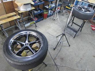 レクサスLS600h(ハイブリッド)TOM'S(トムス)仕様車のアルミホイール(左右リア2本)のガリ傷・擦りキズのリペア(修理・修復・再生)作業完了直後の写真